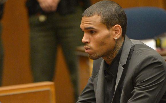 Chris Brown tem liberdade condicional revogada e pode pegar até 4 anos de prisão.Chris Brown pode ir parar na prisão por quatro anos! Na última segunda-feira (15), promotores pediram a revogação da condicional do cantor, acusado de agredir a ex-namorada, Rihanna, e bater em um carro e fugir em maio deste ano.