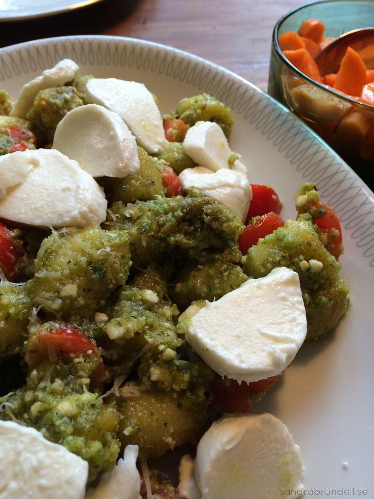 Gnocchi med pesto, mozzarella och körsbärstomater