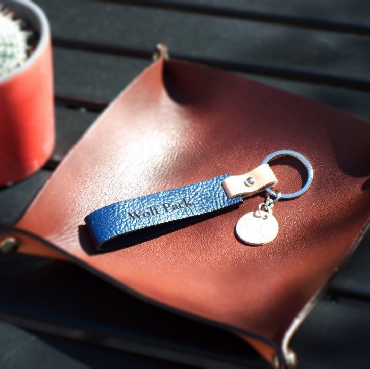 This elegant keys holder can easily slip in a pocket or a purse, and its relatively comfortable size allows you to find your keys easily.  A personalised leather keyring/keychain makes a terrific gift for your best friends or your lover.