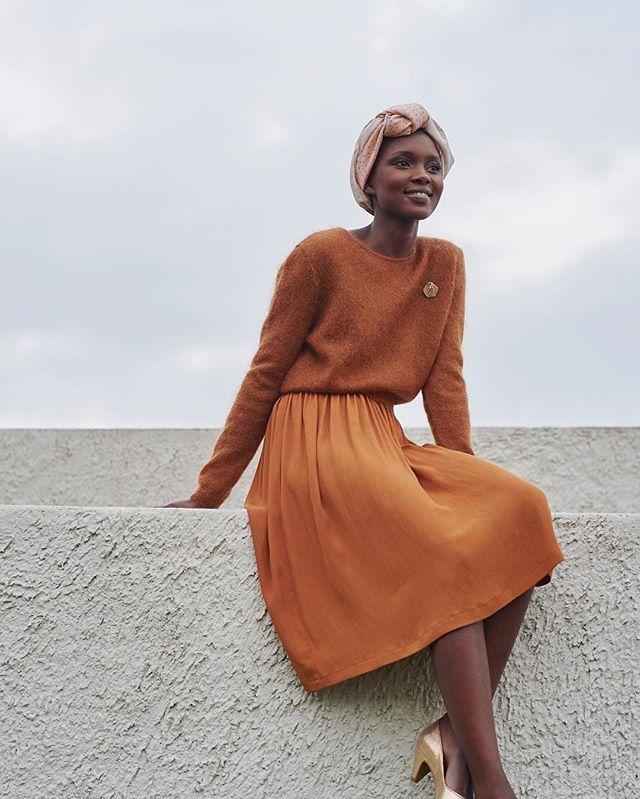 Le grand foulard en soie se porte en turban dans les cheveux cette saison ! Et il faut avouer que cela va particulièrement bien à Aliane ! #despetitshauts http://amzn.to/2sD4nGX