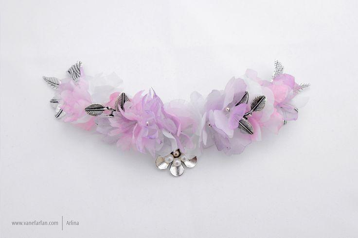 Tocado de flores de gasa con hojas y flores con perlas.