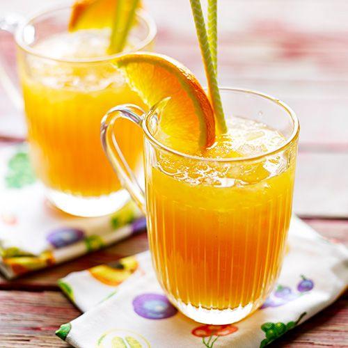 Deze limonade bevat geen suiker en is toch heerlijk zoet. Feestelijk bij een brunch of een lekker dorstlesser in de namiddag.    1. Pers de grapefruits en sinaasappels, schenk het sap in een kan en roer er honing en limoensap door.  ...