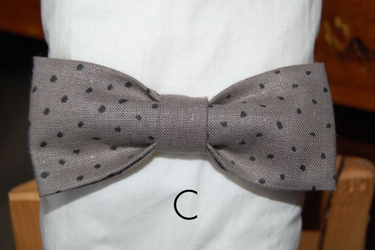 This is a hand painted bowtie. Ideal for casual or professional look. Wear it at the office , at coffee time, or any other occasion, with your casual or dress shirts and jeans.    For men and women with a creative soul and artistic mood.    Each bowtie is unique, as the fabric is painted by hand.It has an adjustable strap , so that you can fit it to your neck.    The bowtie dimensions are 5,5-6 cm wide to 11,5-12 cm long. Strap is 50cm maximum lenght.    Comes with a hand painted box…