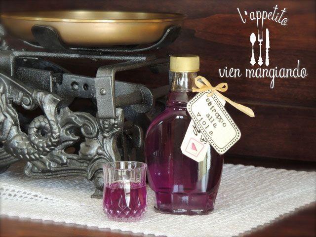 Cucina valdostana: sciroppo alle viole. aggiungendo dell'alcool puro a 90° avrete un ottimo liquore alla viola da gustare a fine pasto. Ricetta: http://cinziaaifornelli.blogspot.it/2013/05/cucina-valdostana-sciroppo-alle-viole.html
