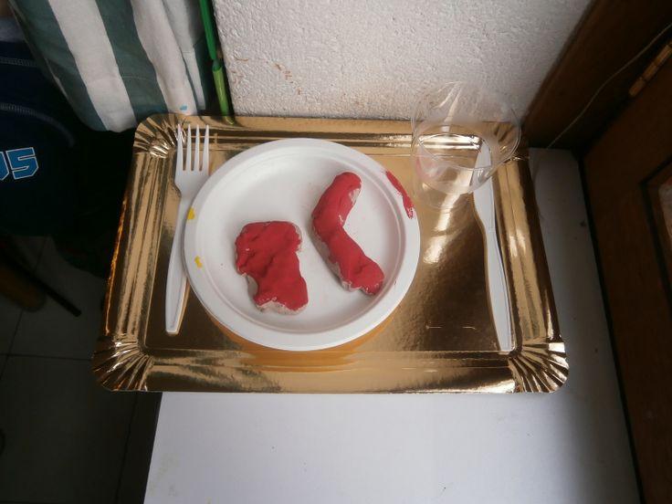 1kl werkje : boetseren van eten.  De kleuters versieren later de boord van de plateau nog met stickers volgens een patroon. En we doen nog wat blauwe verf in de beker, zo zit er water in de beker en klaar is kees.