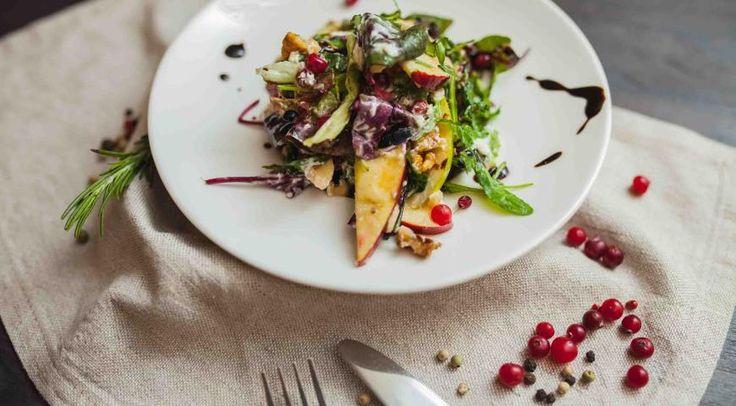 Яблочно-клюквенный салат с грецкими орехами, твердой фетой и яблочно-медовой заправкой