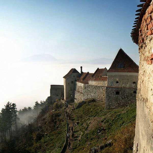 Cetatea Rasnov este ansamblul fortificat situat pe dealul calcaros aflat la sudul orașului Râșnov din județul Brașov, unul din cele mai bine păstrate ansambluri fortificate din Transilvania. Cele mai vechi structuri păstrate până în prezent datează din secolul al XIV-lea, probabil pe locul fortificației din lemn ridicate de Cavalerii Teutoni la începutul sec. al XIII-lea.