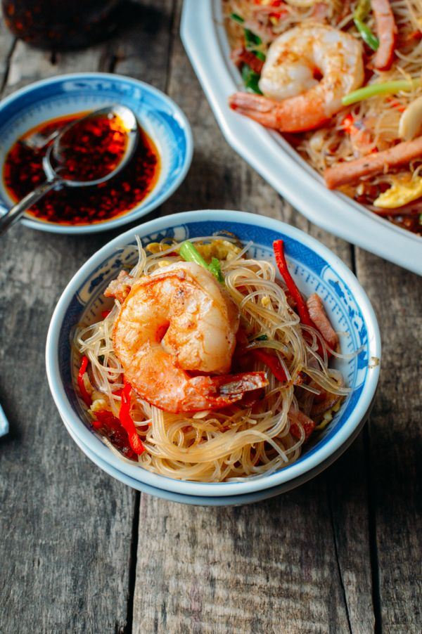 Xiamen mei fun (厦门炒米) is a tasty rice noodle dish served at many Chinese restaurants and dim sum brunches and is a mild version of Singapore Mei fun