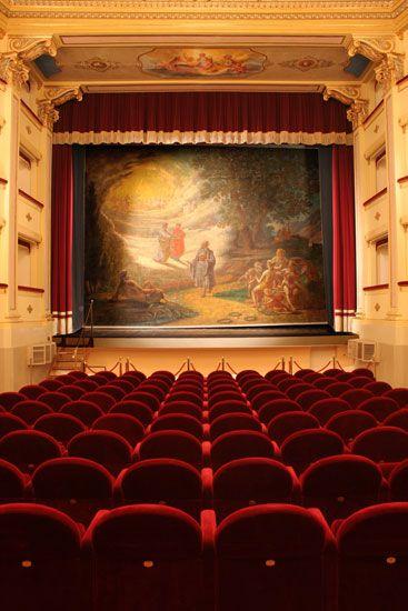 Il #sipario,di Giovanni Nunzi,raffigura Annibal Caro che osserva Dante e Virgilio sullo sfondo di una luminosa visione paradisiaca. #Teatro Annibal Caro - #civitanovamarche Alta.