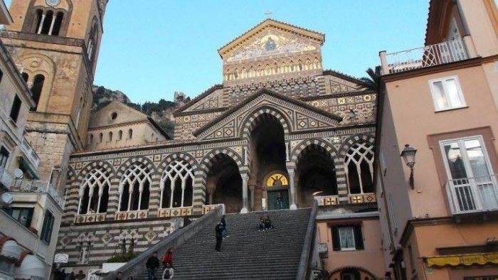 Cattedrale di Amalfi Guida alle trattorie della Costiera Amalfitana. Avete paura sia cara? I parcheggi sicuramente, ma sul mangiare vi potete divertire dav. Guida | Le migliori trattorie della Costiera Amalfitana