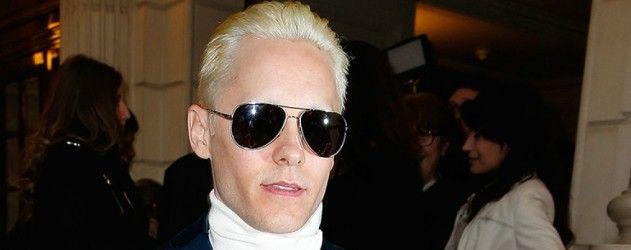 Non seulement il a les cheveux courts mais maintenant il est blond ! Découvrez la coupe de Jared Leto #SuicideSquad