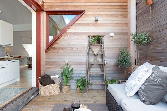 dachwohnung balkon holzleiter blumenst nder sofa