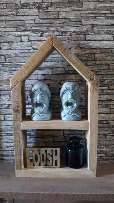 Vensterbank decoratie. Huisje van steigerhout