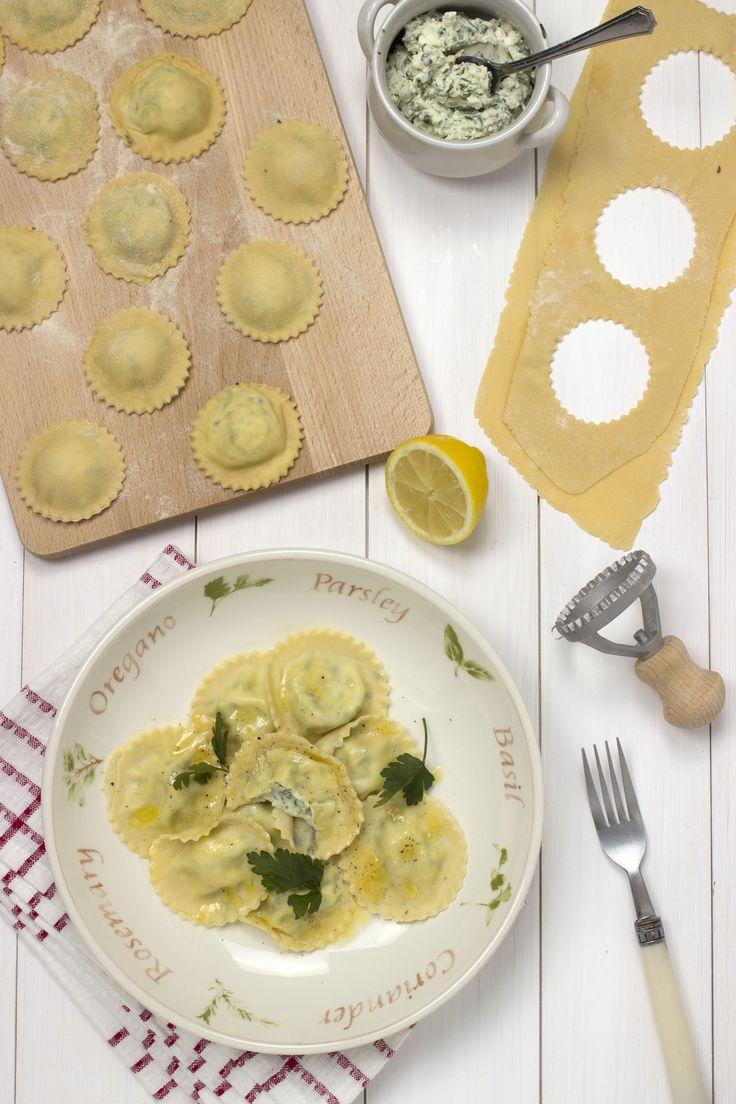 Deze huisgemaakte ravioli is gevuld met een Italiaans kaasmengsel en peterselie. Het citroenbotersausje zorgt voor een frisse toets.