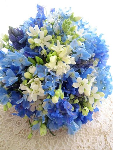 小花を束ねて作ったサムシングブルーのブーケ