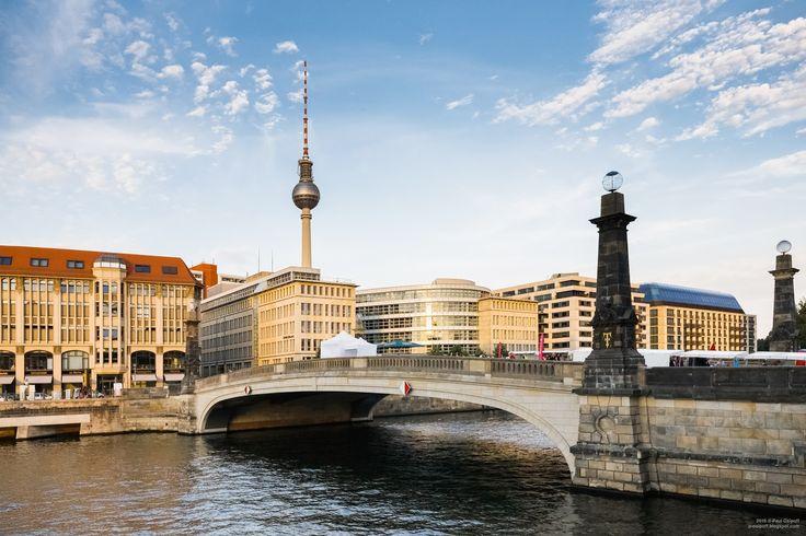 Берлин – столица Германии, крупнейший город, политический и исторический центр. Облик современного Берлина во многом определен его непростой судьбой, на протяжении всей своей истории город постоянно менялся. Ни в одном городе мира не заметны так сильно последствия двух мировых войн, в которых Берлин сыграл далеко не последнюю роль. Сейчас Берлин - это одна из мировых столиц культуры – в городе большое число музеев, памятников архитектуры, концертных залов и театров.