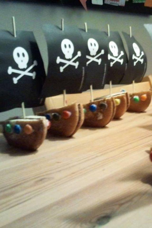 Piratenboot van eierkoek en smarties/m&m's