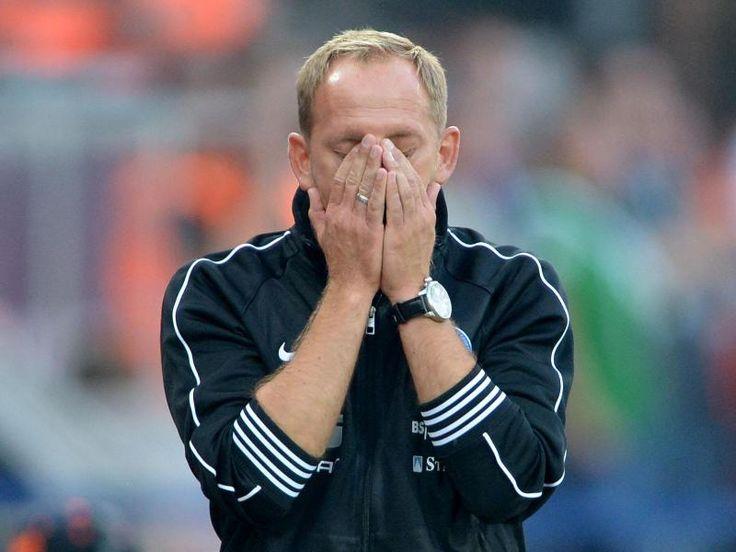 Braunschweigs Trainer Torsten Lieberknecht kann es nicht fassen. Nach 28 Jahren spielt seine Eintracht endlich wieder im Oberhaus und verliert dann in der Schlussphase doch noch mit 0:1 gegen Werder Bremen. Und das, obwohl die Braunschweiger mehr als auf Augenhöhe agiert haben. (Foto: Peter Steffen/dpa)