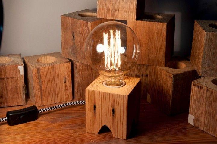 Lampara de escritorio de madera pinotea reciclada. Viene con cable textil de distintos colores (consultar disponibilida al momento de la compra). Toma e interruptor en blanco o negro. Cuenta con portalamparas apto para lamparas de bajo consumo, filamento o led.   Madera: Pinotea  Medidas de la base:  Ancho:8cm Profundidad:8cm  Alto: 8,5cm  Peso: 0,6 kg    Nota: El Precio publicado NO incluye el foco.  Lampara + foco tipo globo antiguo de filamento $850.
