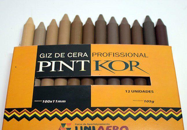 """Nas caixas de lápis de cor, não há muitas opções para tons de pele. As crianças ficam em dúvida e acabam colorindo o corpo das pessoas que desenham com bege ou rosa, claro, que são chamadas exatamente de """"cor da pele"""" pelos alunos. Mas a pergunta que surge é: cor da pele de quem?E o marrom e o preto, não são cores de pele também? A Uniafro(Programa de Ações Afirmativas para a População Negra), em parceria com a empresa Koralle, criou um estojo de giz de cera com 12 cores de pele, que…"""