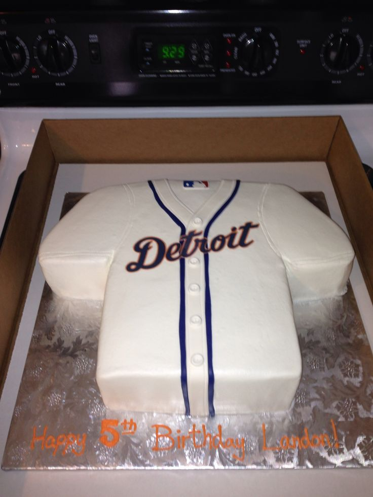 Landon's 5th birthday theme was Detroit Tigers. How cool was his cake?!? ⚾️