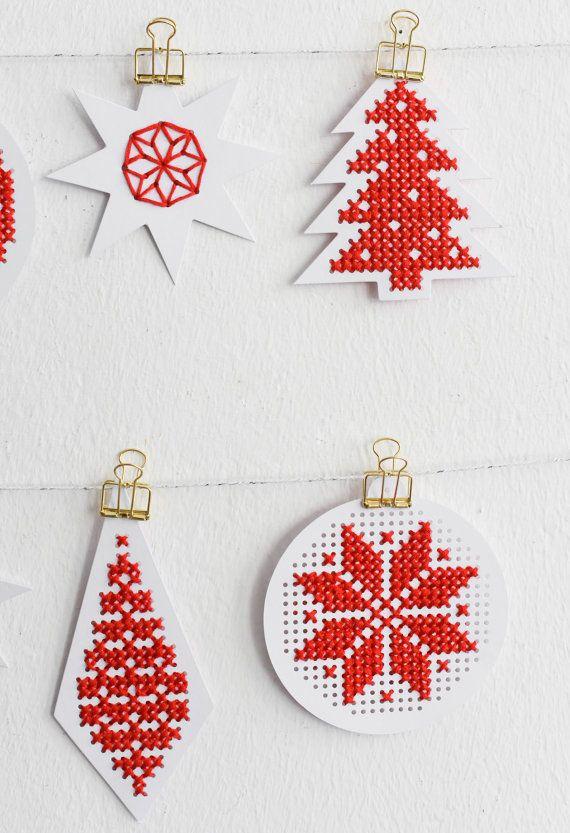 Hängeetiketten zum Besticken als Weihnachtsbaumschmuck oder für Geschenke. Findet ihr auf Etsy.