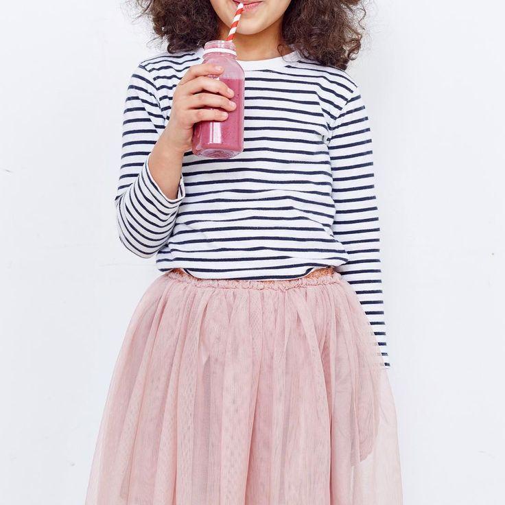 Pink It!  Наш ягодный смузи Pink обожают и взрослые, и дети. В каждой бутылочке Pink — микс из сочной клубники, вишни, клюквы, черники, банана и миндального молока. Этот насыщенный смузи — идеальный вариант для перекуса и вкусный способ каждый день съедать порцию полезных ягод, витаминов и антиоксидантов  #365detox #salatshop #tsvetnoy #metropolis_moscow