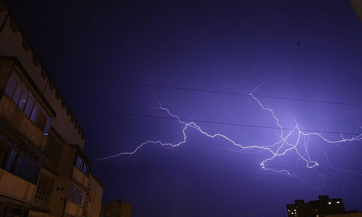 Облачно с гръмотевични бури и дъжд