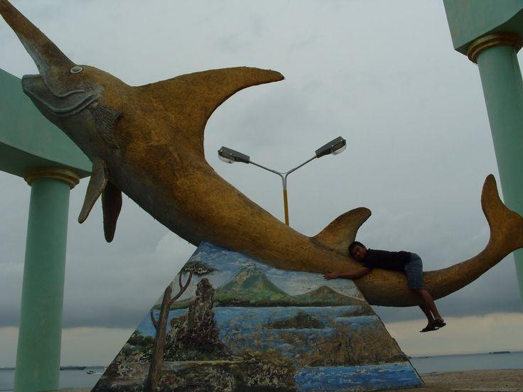 Patung ikan todak yang terdapat disiring laut kotabaru,, lambang nya kotabaru nih