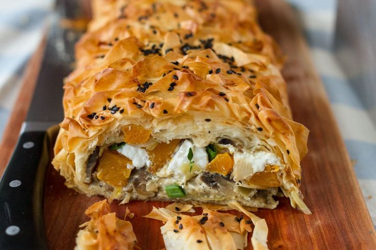 Vegetable strudel from Aki! A delicious vegetarian strudel filled with pumpkin, mushrooms and feta cheese.