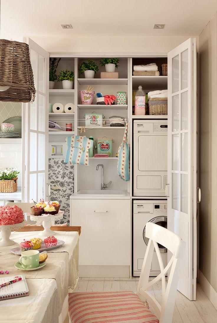Muebles a medida  La estantería, de suelo a techo, integra la lavadora, la secadora, el fregadero, la tabla de plancha e incluso un pequeño ...