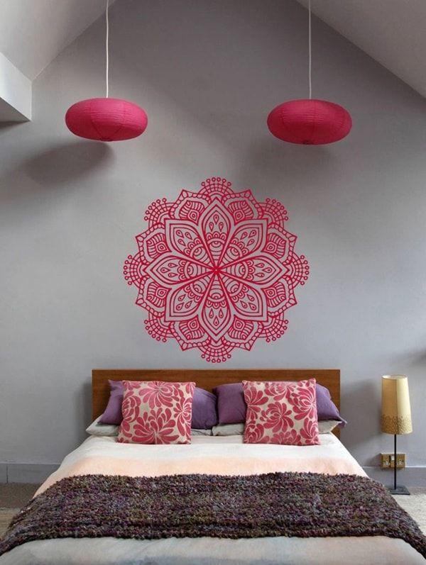 Vinilo de mandala en el cabecero. Mandalas para decorar dormitorios. Habitaciones decoradas con mandalas.