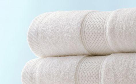 Soluzione naturale per asciugamani morbidi senza cattivi odori -250ml aceto bianco -125 g bicarbonato di sodio -Acqua calda Programmate la lavatrice per il lavaggio con acqua calda e agg. l'aceto diluito in un bicchiere di acqua. Lasciate che la lavatrice realizzi un ciclo completo. Iniziate un nuovo lavaggio con acqua calda, ma agg. il bicarbonato di sodio. È importante non mescolare i due ingredienti. Aspettate che finisca e poi stendete gli asciugamani all'aria aperta.