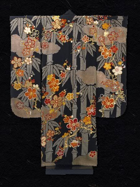 Kimono Japan 1910-1930 Silk crepe (chirimen) with tie-dyeing (shibori) and embroidery Width 129 cm x Length 158 cm Museum number: FE.17-1994 The striking pattern of this kimono reveals the dynamism of Japanese textile design in the early 20th century.