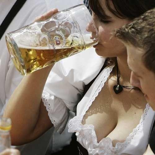 4fe56090aa9d2b066fb343585fc0684c--oktoberfest-bier-drunk-girls.jpg 500×500 pixels