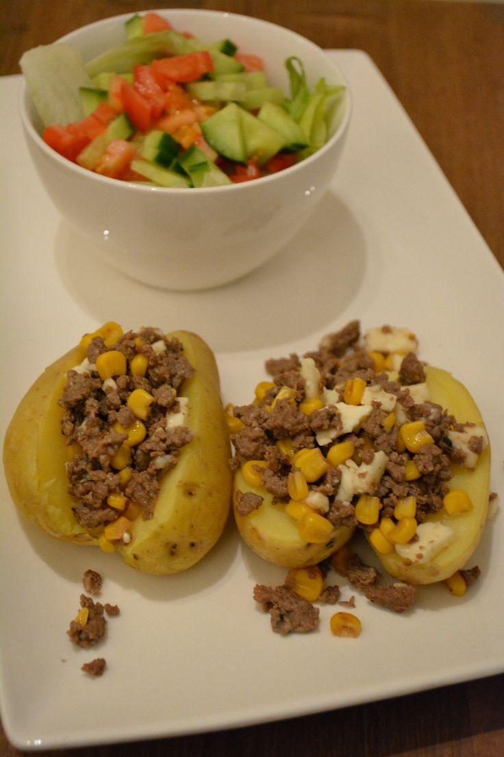 Deze avond stond er iets heel eenvoudig maar toch een tikkeltje pikant op tafel. Een gepofte aardappel uit de oven met wat pikant gehakt gebakken met maïs en nog een slaatje, om dan toch maar de no…