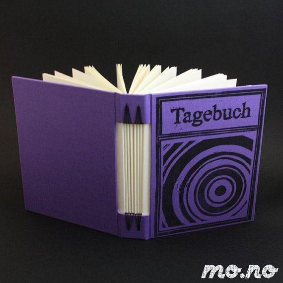 La portada de esta revista lleva una impresión de lino (de la mano de corte, mano impresa) con el título Tagebuch, revista en alemán. La tinta en la tela crea un look vintage, Shabby Chic. En el interior encontrarás 192 páginas de crema blanca de mi favorito allround de papel, ideal para