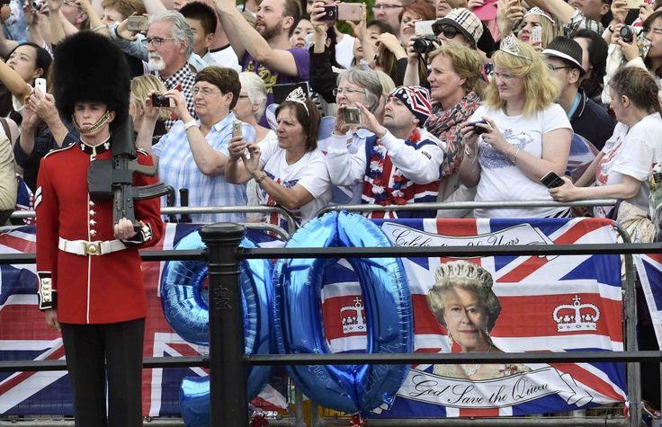 Forse per la troppa emozione, forse per la fatica. La tre giorni di festeggiamenti in corso a Londra per i 90 anni della regina Elisabetta sta coinvolgendo i rappresentanti della famiglia reale e delle istituzioni inglesi, ma anche centinaia di guardie e militari. Tra questi, durante la parata, i fo…