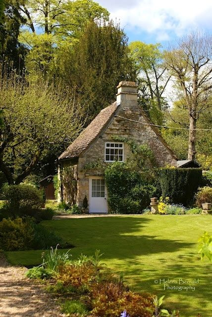 English Country Style - I should like to have this little house for my own and to go there when I need some time..
