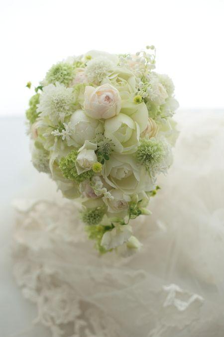ブーケをお届けした花嫁さまからメールをいただいて、ご紹介させていただきます。一会から徒歩10分、桜の美しい八芳園の新婦さま。この日のボールブーケを持ってく...