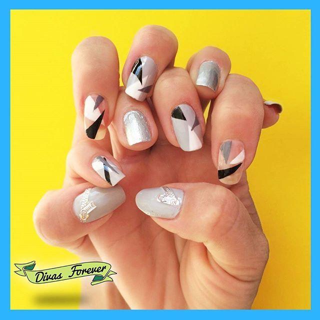Perfección en transparencias y geometria para la Vale  Todo hecho por nuestra amada @the_queen.nailartis   #nailart #nailartchile #nailsdesign #nailartwow #nailsdone #cutepolish #nailschile #geometric #geometricnails #pattern