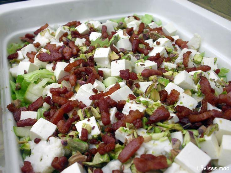 """Endnu en af de salater der """"bare"""" dukker op under tilberedningen. Men de søde pærer, salte feta og sprøde blomkål og bacon fungerer rigtig g..."""