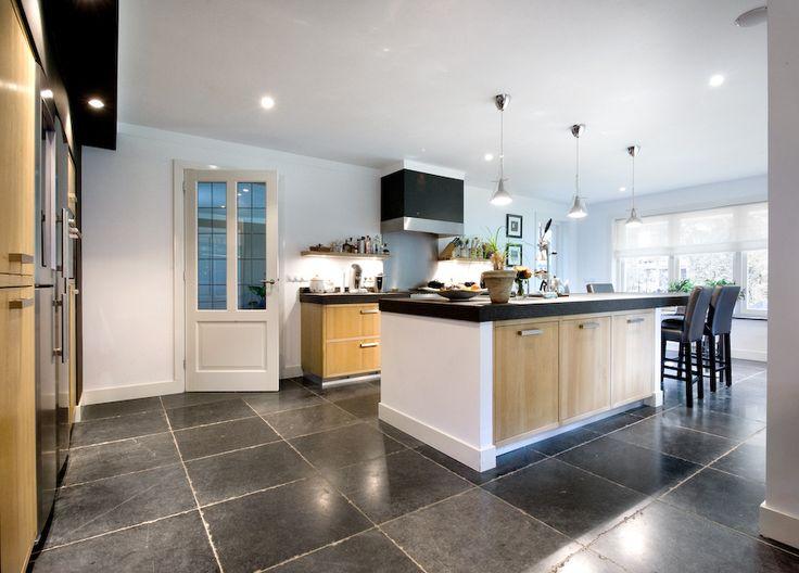 Keuken met vloer van Belgisch hardsteen Pacific Bluestone - Kersbergen natuursteen - vloeren ideeën | UW-vloer.nl