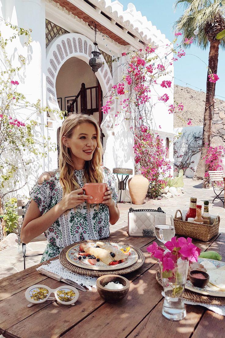 Breakfast amongst flowers   Palm Springs http://www.ohhcouture.com/2017/05/palm-springs-la-17/ #ohhcouture #leoniehanne