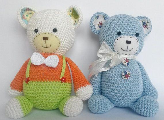 Handgemaakte Amigurumi teddybeer is erg aanhalig en dergelijke een lieverd! Hij is erg aardig en gelooft in wonderen! Hij denkt dat de wolken zijn gemaakt van suikerspin!  Hij zal een perfecte gift voor elk kind en kan worden gebruikt als een decor van de kwekerij.  Lengte: 23 cm (ca. 9 inch)  Komt in een kleine koffer met een kussen en de instructies voor een deken en onderhoud.  Materiaal: Katoen garen, veiligheid eyesm knopen, wol voelde, katoenen stof.  Als gevolg van kleine onderdelen…