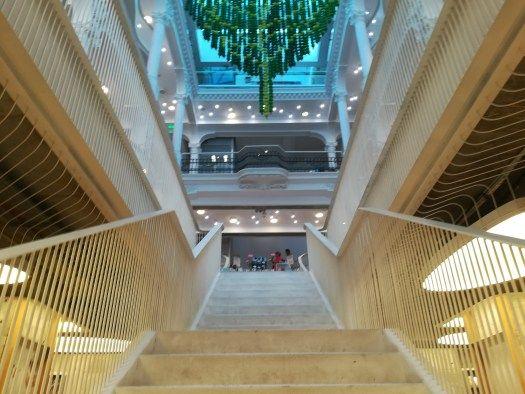 L'escalier menant au sous-sol du Cărturești Carusel
