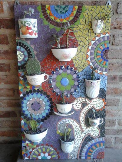 cuadro de jardin hecho con tacitas viejas ideal para cactus!!!!