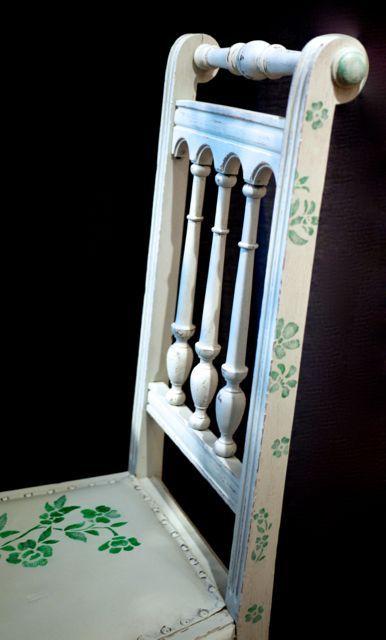 Dieser Gründerzeit-Stuhl wurde mit Kreidefarbe eingefasst und mit Blüten bemalt. #stuhl #gründerzeit #gründerzeitstuhl #schabloniert #blüten #floral