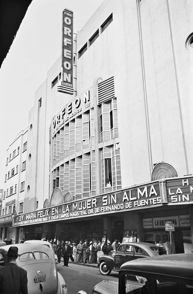 """Cine Orfeón, 1944  Fotografía : Juan Guzmán  Inaugurado el 29 de junio de 1938, el cine Orfeón, ubicado en el casco histórico de la capital, formaba parte de los cines conocidos como """"salas de estreno"""". Hacia las décadas de 1930 y 1940, las principales ciudades del país vieron la apertura de grandes salas cinematográficas que alcanzaban miles de butacas. Tal como lo revela la fotografía de Juan Guzmán, largas filas se hacían para ingresar a estos recintos en los que tuvieron convergencia…"""