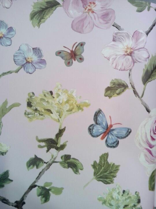 Behang, roze achtergrond met bloemen en vlinders  Bloemen  Pinterest ...